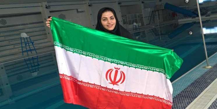 Iranian Woman Sets Record of Swimming with Hands Tied